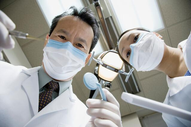 78741481_Two_Dentists_with_Surgical_Masks.jpg